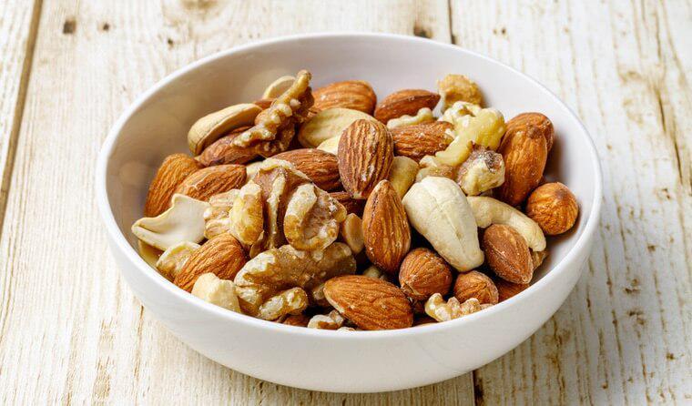 猫はナッツを食べても大丈夫? 脂質が多く消化器系に負担をかける可能性