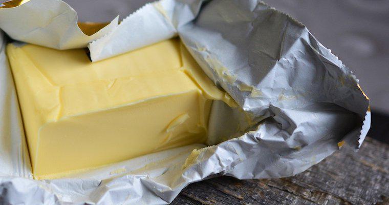 猫がバターを舐めても大丈夫? 便秘解消の効果やアレルギー、肥満の注意点を解説