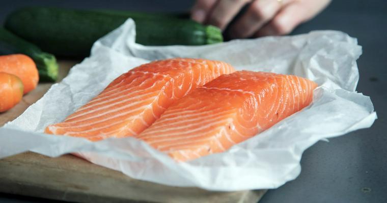 猫は鮭(サーモン)を食べても大丈夫 生や皮、骨など注意点も