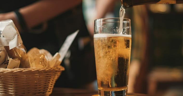 犬にアルコールを与えるのはNG! 理由や誤飲の時の対処方法などを紹介