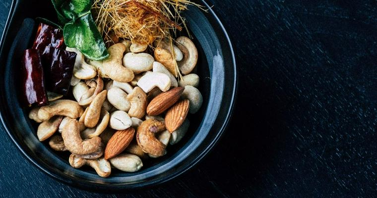犬はナッツを食べて大丈夫? アーモンド・マカダミアなど注意すべき種類を解説